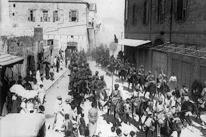 Des lanciers indiens à Haïfa, 1918 (photo avec l'aimable autorisation du British War Museum, accessible via Wikimedia Commons).