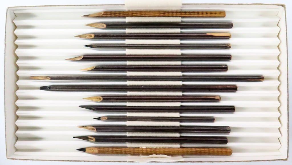Plumas de caña utilizadas por uno de los secretarios de Bahá'u'lláh que forman parte de la exposición en la Galería John Addis del Museo Británico.