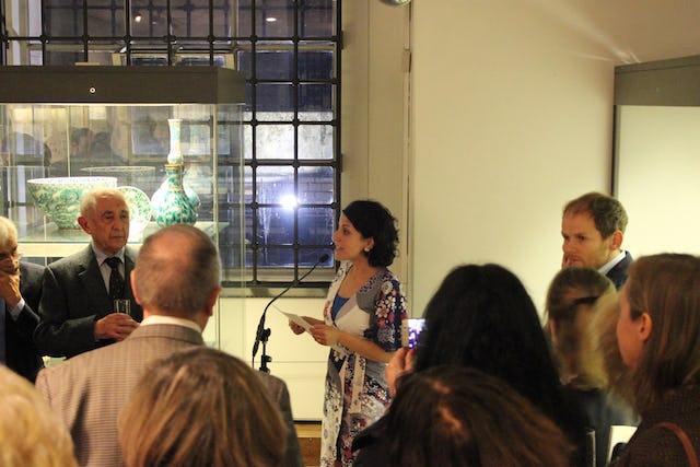 El Museo Británico exhibe la escritura original rara vez expuesta al público, así como otros artículos de colección asociados con la vida de Bahá'u'lláh. La exposición abrió el lunes 6 de noviembre durante una recepción que reunió a representantes del mundo académico, de las artes y de los medios de comunicación.