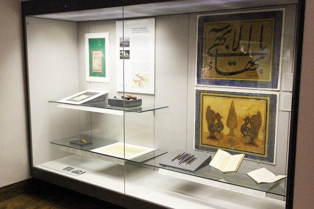 Un panel en la exposición que muestra los Escritos originales de Bahá'u'lláh