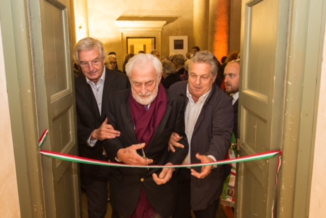 Paolo Marzotto, former president of Industria Marmi Vicentini and 92 years old, cuts the ribbon at the reception opening the Palladio Museum exhibition. On the right is Silvio Xempero, the general director of Margraf.
