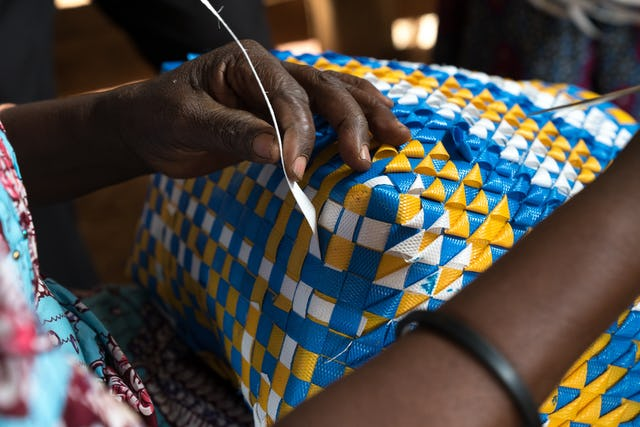 Los miembros de la comunidad de Walungu tejen cestos y los venden en los mercados para recaudar fondos para el funcionamiento de su escuela comunitaria.