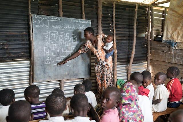 Una profesora presenta un tema en una escuela comunitaria en Walungu, República Democrática del Congo.