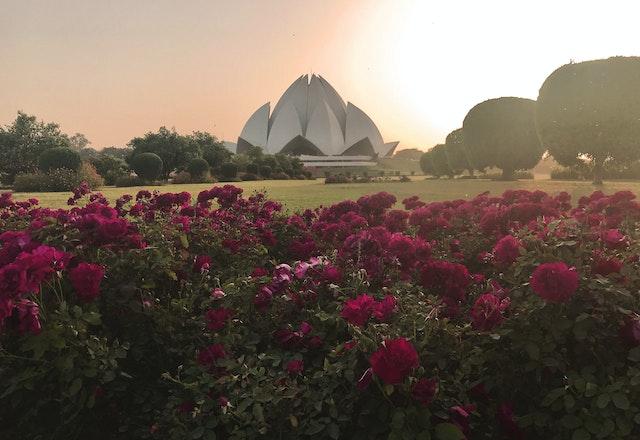 'Abdu'l-Bahá a appelé les maisons d'adoration bahá'íes « les orients de lumière ».