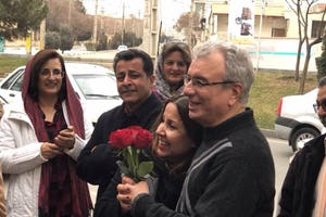 Famille et amis accueillent Saeid Rezaie à sa libération de prison suite à une condamnation injuste de 10 ans.