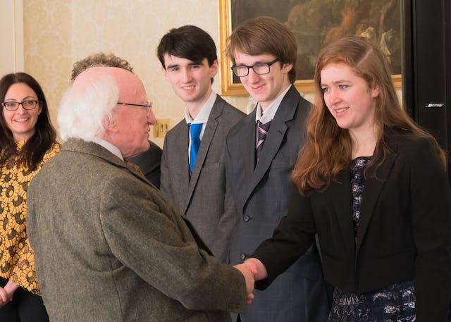 Le président irlandais Michael Higgins saluant les membres de la communauté bahá'íe lors de la réception du bicentenaire.