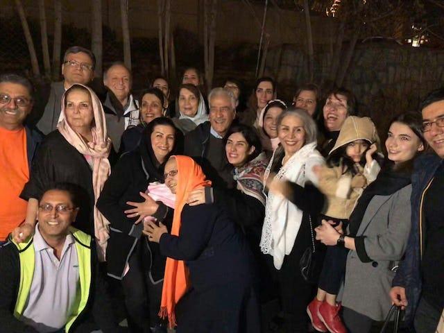 Jamaloddin Khanjani (au centre) entouré de ses amis et de sa famille