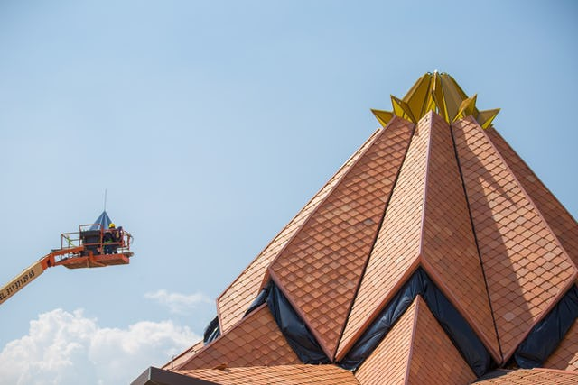 The crown at the top of the roof of the Colombia Temple being put into place.