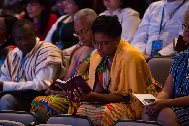 Des délégués du Ghana prient avant que commence le processus de vote.