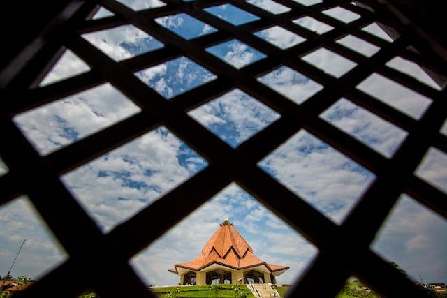 Vue du temple de Colombie prise d'un bâtiment auxiliaire.