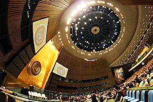 La proposition décrit un organe directeur international plus fort, basé sur les Nations unies. (Photo de Basil D Soufi, accessible via Wikimedia Commons)