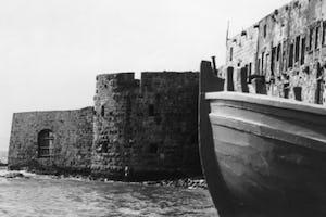 La vidéo (en anglais) montre l'ancienne ville d'Acre. La prison où Bahá'u'lláh était détenu est la grande structure en haut du cadre, à droite d'un dôme bleu.