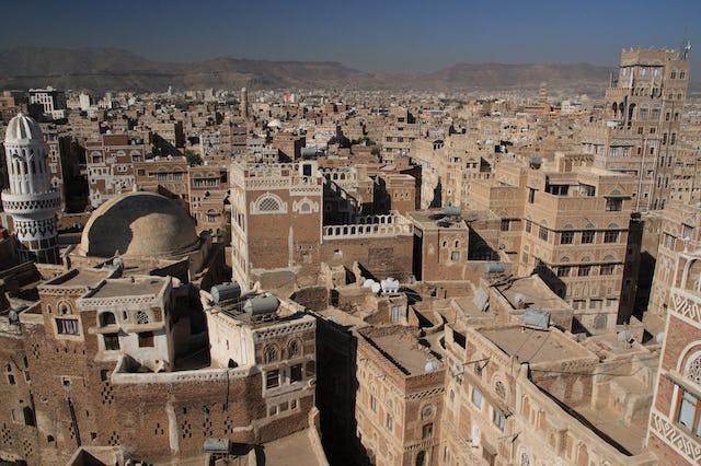 Les autorités houthies soutenues par l'Iran à Sanaa, au Yémen, ont pris pour cible samedi une vingtaine de bahá'ís avec une série d'accusations sans fondement. (Photo par yeowatzup, accessible via Wikimedia Commons)
