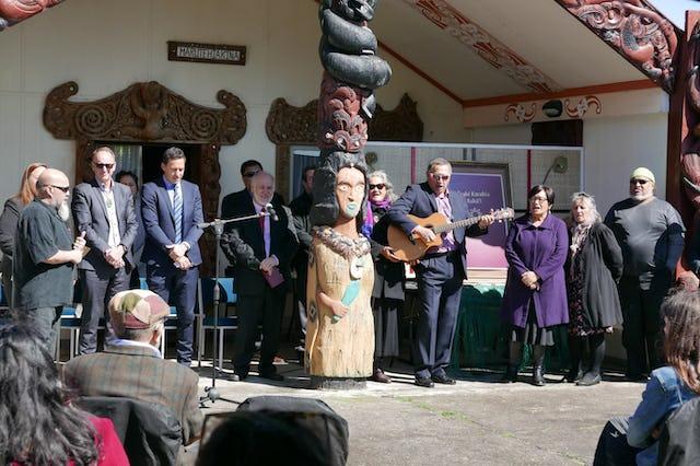La publication d'un livre de prières bahá'íes en langue maorie a été célébrée dans un lieu de rencontre de la communauté maorie près de Hamilton, en Nouvelle-Zélande.