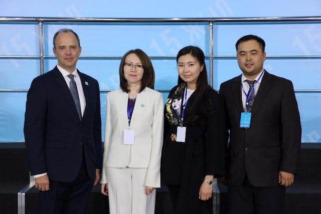 (Desde la izquierda) Joshua Lincoln, secretario general de la Comunidad Internacional Bahá'í; Lyazzat Yangaliyeva, representante de la Comunidad Bahaí de Kazajstán; Guldara Assylbekova del Centro Internacional de Culturas y Religiones, y Serik Tokbolat, que también representa a la Comunidad Bahá'í de Kazajstán.