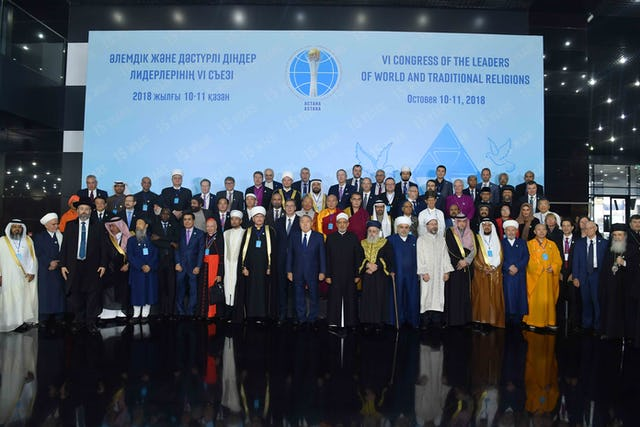 Los delegados del VI Congreso de los Líderes de las Religiones Mundiales y Tradicionales se reúnen para una fotografía de grupo. El Congreso, organizado por el Presidente de Kazajstán, Nursultan Nazarbayev, se celebró los días 10 y 11 de octubre en Astana, Kazajstán.