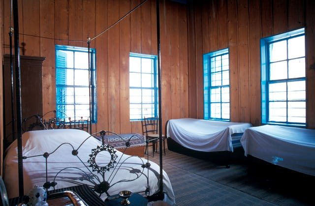 Bahá'u'lláh a révélé le Kitab-i-Aqdas vers 1873, dans cette pièce de la maison d'Udi Khammar, où il a été détenu à Acre. Cette photo montre la pièce dans les années 1990.