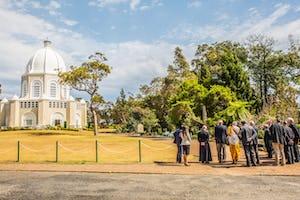 Les participants au forum des chefs religieux de New South Wales, en septembre 2017, se réunissant devant la maison d'adoration bahá'íe à Sydney.
