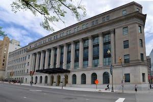 El Comité Permanente de Justicia y Derechos Humanos del Parlamento canadiense se reunió en el Edificio Wellington en Ottawa, Ontario, el 11 de abril, y escuchó a la comunidad bahá'í y a otras organizaciones sobre cómo abordar el discurso de odio en línea. (Imagen: Ericsteinhk, [Wikimedia Commons](https://commons.wikimedia.org/wiki/File:WellingtonStreet.jpg))