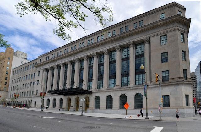 Le Comité permanent de la justice et des droits de la personne du parlement canadien s'est réuni dans l'immeuble Wellington à Ottawa (Ontario) le 11 avril pour entendre, entre autres, le point de vue de la communauté bahá'íe sur la façon de traiter le discours de haine en ligne. (Crédit : Ericsteinhk, Wikimedia Commons)