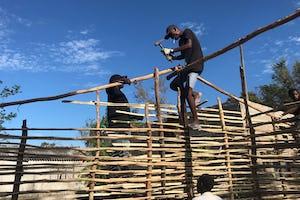 La Asamblea Espiritual Local de Dondo ayudó a organizar un grupo de jóvenes para reparar casas dañadas por el ciclón Idai. Este vídeo muestra a algunos de esos jóvenes ayudando a construir una nueva casa para Norge João, su esposa y sus nueve hijos.