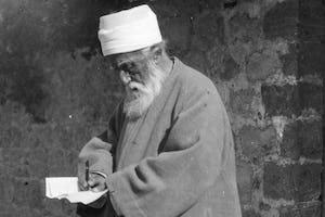 Abdu'l-Bahá escribiendo una carta mientras estaba en Tierra Santa en 1920.