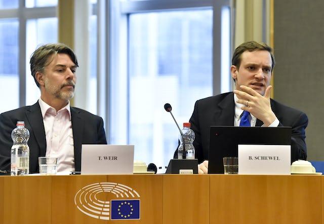 Benjamin Schewel (a la derecha), de la Facultad de Teología y Estudios Religiosos de la Universidad de Groningen, habla mientras su colega Todd Weir escucha.