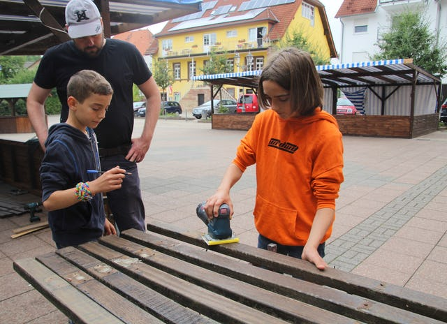 A group of junior youth in Gauangelloch repaired and repainted park benches last year as part of a service project in honor of the twin bicentenaries.