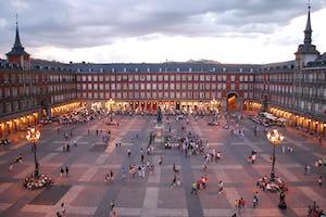 Un curso universitario en Madrid, coorganizado por la Comunidad Bahá'í de España, reunió perspectivas actuales de académicos, periodistas y funcionarios del Gobierno y del ejército que se enfrentan a la radicalización violenta. (Fotografía: Sebastián Dubiel, [Wikimedia Commons](https://commons.wikimedia.org/wiki/File:Plaza_Mayor_de_Madrid_06.jpg))