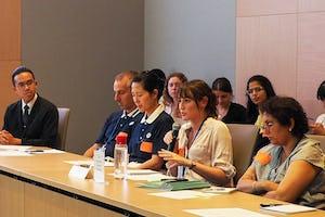 Un participante habla durante la mesa redonda de la Comunidad Internacional Bahá'í sobre el fomento de la apropiación local en la recuperación de desastres.