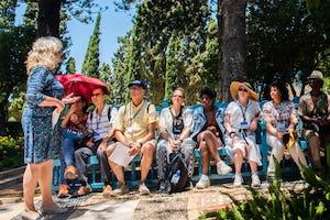Alors que de plus en plus de personnes du monde entier visitent la Terre sainte pour un pèlerinage bahá'í, son pouvoir de transformation est ressenti par les individus et les communautés. Cette photo aérienne montre le sanctuaire de Bahá'u'lláh devant le manoir de Bahji, deux lieux visités dans le cadre du programme de pèlerinage bahá'í actuel.