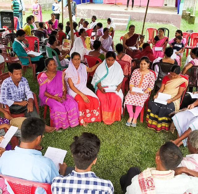 En Assam, la India, las familias se reúnen para consultar sobre cómo pueden mejorar el espíritu de adoración colectiva y servicio en sus comunidades.