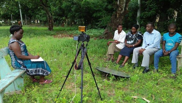 Au Kenya, une équipe de tournage interroge une famille sur l'histoire de la religion bahá'íe dans leur pays.