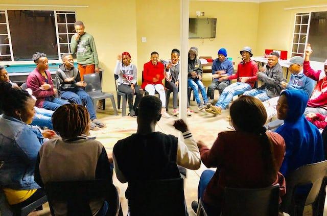 Des jeunes d'Emalahleni, en Afrique du Sud, participent à une réunion spéciale pour réfléchir à leur rôle dans la société. Plusieurs centaines de jeunes ont participé à de tels rassemblements dans tout le pays.