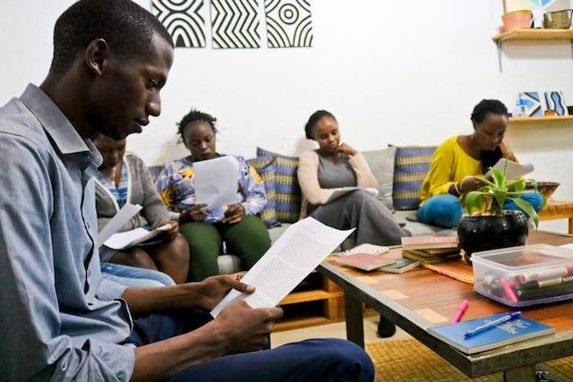 Des jeunes de Kigali, au Rwanda, se sont également réunis lors d'une soirée hebdomadaire consacrée à la jeunesse pour se préparer au bicentenaire. Ils se sont récemment concentrés sur le développement des compétences de narrateur.