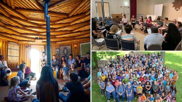 Les communautés à travers les États-Unis se sont préparées pour le prochain bicentenaire. Ces photos (dans le sens des aiguilles d'une montre à partir de la gauche) montrent une réunion de prière à l'intérieur du Prayer Hogan de l'Institut bahá'í amérindien de la nation Navajo, un rassemblement spécial à Dallas et les participants à l'école d'été bahá'íe d'Indiana. Ces rencontres font partie des nombreux évènements qui se déroulent dans le cadre d'une intensification des efforts de développement de la communauté avant les célébrations d'octobre.