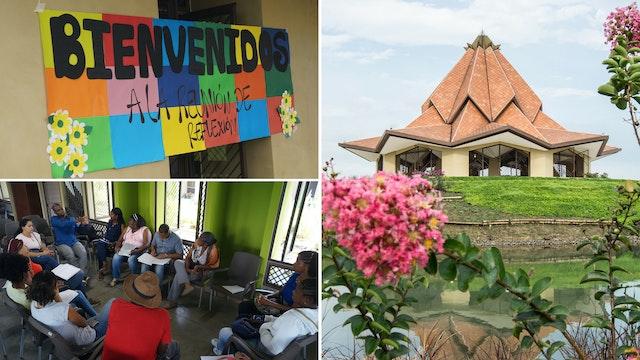Des membres de la communauté se rencontrent pour un rassemblement sur le terrain de la maison de d'adoration bahá'íe à Agua Azul, en Colombie. Le groupe étudie et médite sur la vie du Báb.