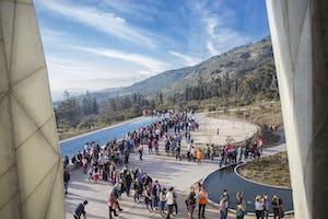 Un barrio en Los Ángeles, Chile, (arriba a la derecha) se ha centrado en la educación espiritual y el servicio generoso a la sociedad durante los últimos seis meses, que preceden al bicentenario. La Casa de Adoración de Santiago de Chile atrae a visitantes de la comunidad de la zona, deseosos de orar y meditar en el espacio sagrado.