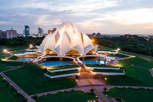 Dirigentes religiosos, estudiantes, académicos y otros interesados se reunieron recientemente en la Casa de Adoración bahá'í de Nueva Delhi, India, para explorar el papel que desempeñan los espacios sagrados en la sociedad india contemporánea.