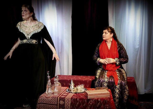 En France, la dramaturge Malène Girot Daquin a écrit une pièce de théâtre sur Tahirih, disciple héroïque du Báb, qui a été la première femme à le reconnaître comme manifestation de Dieu. Une actrice ne représente pas directement Tahirih, mais certains de ses poèmes sont récités.