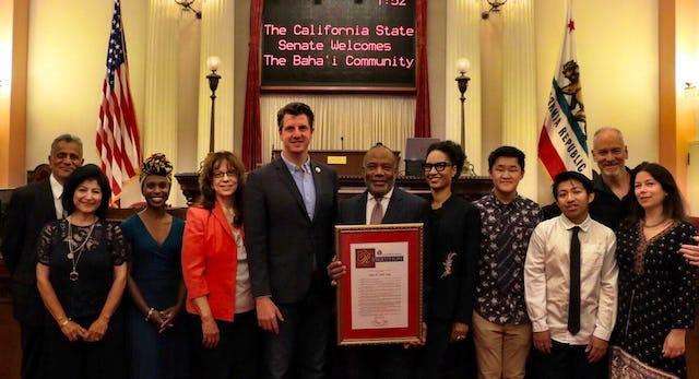 Des membres des communautés bahá'íes de Californie posent pour une photo avec le sénateur Henry Stern (cinquième à partir de la gauche).