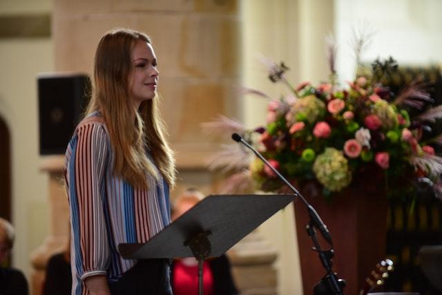 Namara van Bekkum, une jeune fille de 16 ans représentant la communauté bahá'íe néerlandaise, a débuté la principale allocution de l'événement du Jour du prince.