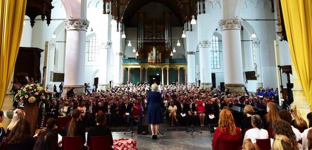 Marga Martens, présidente du comité d'organisation de l'événement et représentante de la communauté bahá'íe des Pays-Bas prenant la parole.