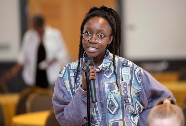 Une étudiante posant une question lors de la récente conférence de la Chaire bahá'íe sur l'égalité des femmes et des hommes.