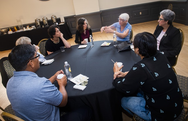 Des orateurs et des participants s'entretiennent lors d'une pause à la récente conférence de la Chaire bahá'íe sur l'égalité des femmes et des hommes.