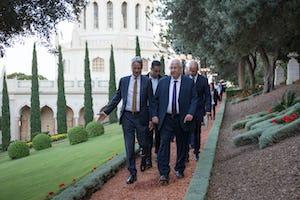 Durante su visita al Centro Mundial Bahá'í, el presidente de Israel, Reuvin Rivlin, se reunió con el Dr.David Rutstein, secretario general de la Comunidad Internacional Bahá'í, para visitar el Santuario del Báb y dar un paseo por los jardines circundantes.