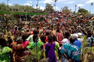 Plus de 2 000 personnes ont assisté dimanche à la cérémonie joyeuse et fédératrice de l'inauguration des travaux dans la ville de Lenakel, sur l'île de Tanna, au Vanuatu.