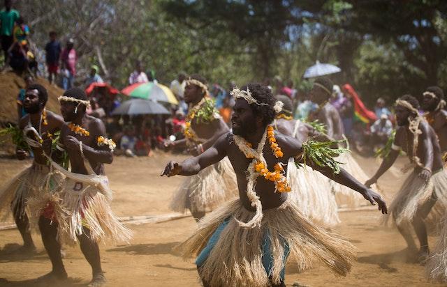 Une troupe de danseurs se produit lors de la cérémonie d'inauguration des travaux de la maison d'adoration bahá'íe locale sur l'île de Tanna, au Vanuatu.