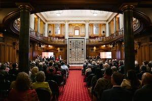 La célébration qui s'est tenue dans les bâtiments du Parlement néo-zélandais comprenait une présentation de cette étoffe artistique en tapa réalisée en l'honneur du bicentenaire, qui représente le mausolée du Báb au milieu des 19 terrasses sur le mont Carmel.