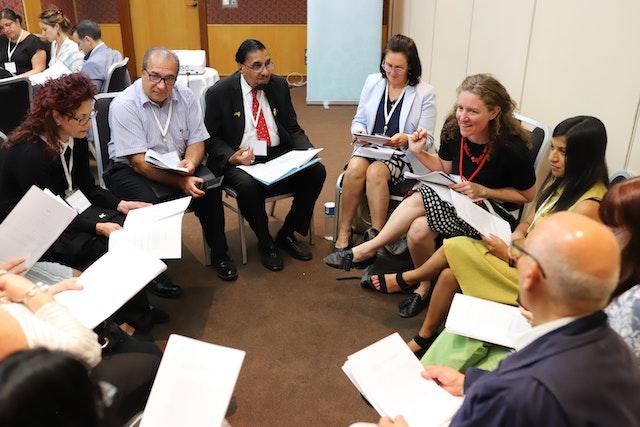 Los participantes de la conferencia celebrada en Sidney, Australia, poco después del bicentenario debaten sobre sus actividades para contribuir a la cohesión social en el país.